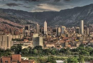 """""""La ciudad vertical: Medellín y su transformación urbana"""" así tituló su charla el profesor Luis Fernando González para la tertulia de diciembre en CEDETRABAJO."""